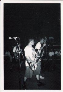 Mauricião cantando Dead Kennedys em Santos, 1995