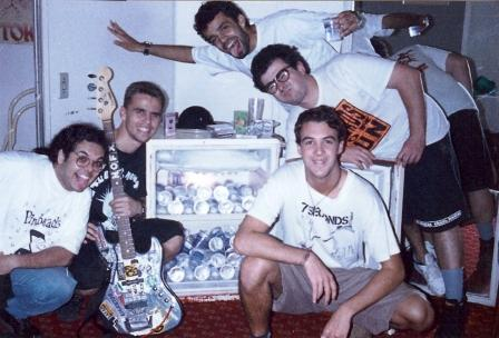 Panço, Paulo, Danúbio, Júlio e Dudu. Água mineral no camarim do Scala