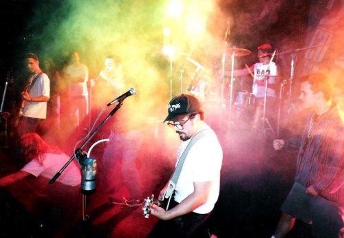 Farofa (Garage Fuzz) cantando com os Pinheads. Círculo Militar, Curitiba, 1994